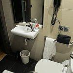 winziges Waschbecken, keinerlei Ablage im so genannten Superior Zimmer