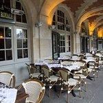 La terrasse sous les arcades de la Place des Vosges à côté de la maison de Victor Hugo.y