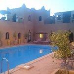 LAs habitaciones están alrededor de la piscina. Un lugar con mucho encanto.