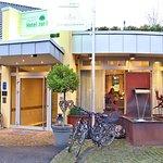 Der Hoteleingang (-vorne: Zwei der Leihfahrräder)