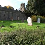 le presbytère (pas tout neuf !) et le cimetière