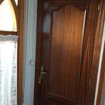 Puerta de entrada a la habitación.