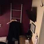 Små hyttliknande rum i källarplan.