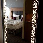 Beleuchteter Spiegel im Zimmer