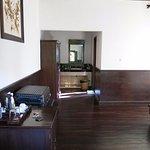 Chambre et petit couloir d'accès au lavabo intérieur et à la salle de bain extérieure (au fond à