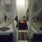 お部屋のベッドです。天蓋のように見えて実は蚊帳です。