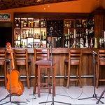 Nuestro bar y escenario para la música en vivo los sábados