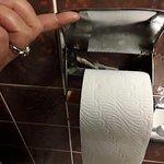 das ist dicker staub unterm toilettenpappierhalter.