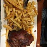 Jarret de porc grillé et frites fraîches