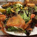 Salade saumon fumé, gambas, moules