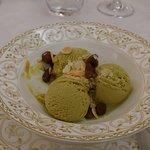 Gelato al pistacchio con uvetta e mandorle