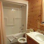 très petite salle de bain avec baignoire/douche en plastique