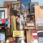 Le décor d'un mur est une superposition de photos avec du relief