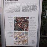 Info vor dem Dreigiebelhaus.