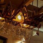 La déco : lustre porte verres à pied... Original, comme les plats