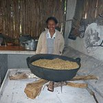 Cette indigène brule les grains de café comme d'antan, extra !