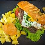 Voici un chivito (burger uruguayen) et son dessert. Une tuerie.