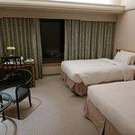 13Fのツインルームは高層階ではないので隣ののっぽホテルのてっぺんまでものぞめない情けない状態です