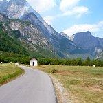 La chiesetta verso i monti