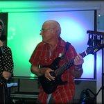 Tonton JC avec son solo guitare électrique