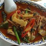 Nr. 16 der Spezialkarte: gekochtes Rind, Thaigemüse in rotem Curry