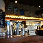 La barra con los grifos de cerveza y las ofertas del día.