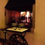 Table au coin de la cheminée centrale où tourne à la broche la pièce de viande du jour