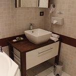le lavabo, très moderne, et salle de bains bien équipée