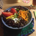 Frischer Vorspeisensalat mit Häkeldeckchen als Untersetzer