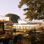 Blick vom Garten aus. Hausboote legen direkt am Hotel an