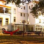 Blick auf das Hotel und den Wintergarten