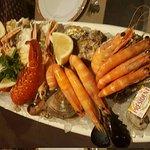 Plateau royalLangouste, langoustines, bulots, crevettes, gambas, clams, huîtres et moules