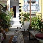 Espace à vivre dans la cour autour du bar