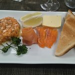 Trio de saumon: tartare, gravlax, saumon fumé