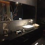 品味房浴室洗手槽區,兩旁分別是淋浴間和泡澡區