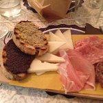 piatto dei formaggi con crostini