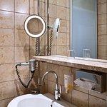 Badezimmer in den Economy und Standard Zimmern