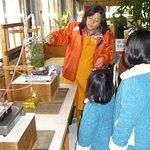 アロマオイル蒸留体験。園内のハーブを摘んでオリジナル・アロマが作れます。