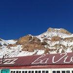 La montaña asoma sobre el techo del hostel