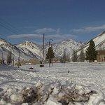 El hostel se ve al fondo, a la derecha. El terreno del ferrocarril cubierto de nieve