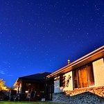 部屋の外、敷地の中庭に一歩出たら雄大な星空を眺められます。