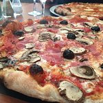 La regina et pizza aux quatre fromages / The regina and the four-cheese pizza