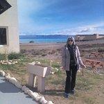 entrada al hotel, atrás el lago Argentino