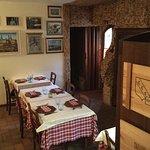 Sala entrata con controsoffitto con i tappi del vino