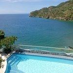 Vista desde la habitación hacia la piscina y la playa
