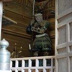 中尊寺境内にある弁慶堂には仁王立ちの弁慶に会うことができます