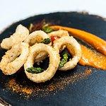 Calamares andaluza con salsa romescu