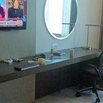 Televisor y escritorio de trabajo en la habitacion