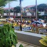 Entrada del hotel copada de seguirores de la seleccion de football Colombiana, esperando su sali