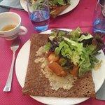Galette à l'andouille, pommes cuites, confit d'oignon et salade verte